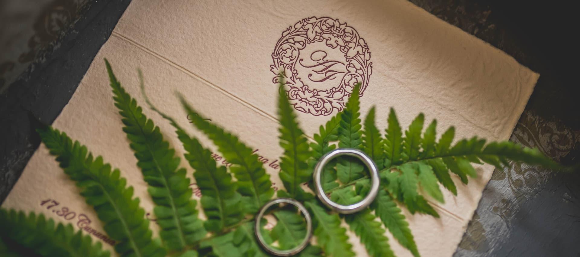anillos junto a invitaciones de boda