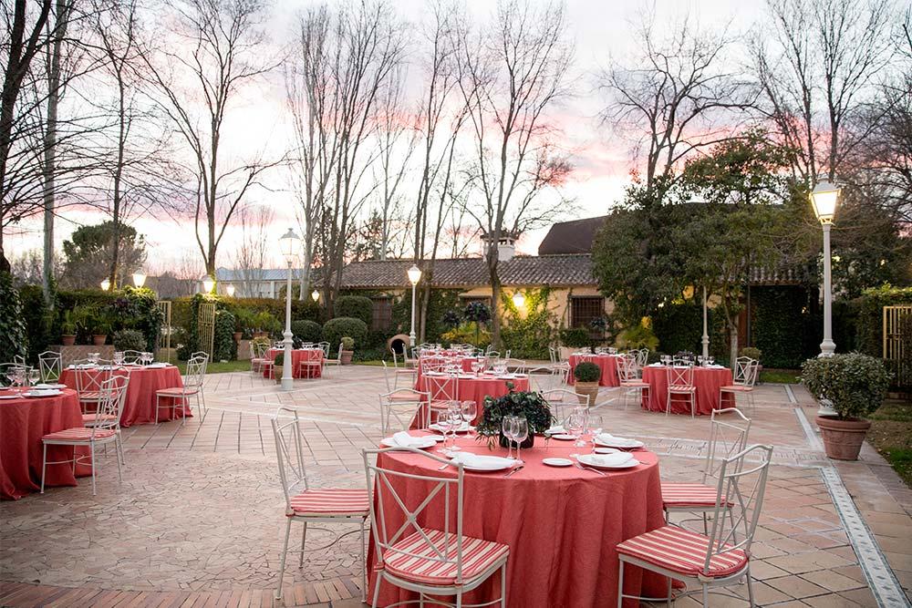 Espacio boho jardin mesas rojas