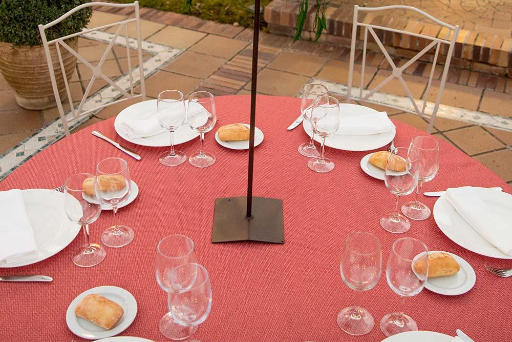 Espacio boho detalle mesa roja