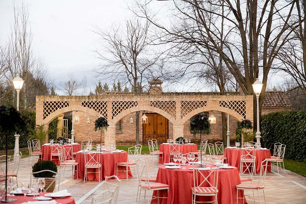 Espacio boho mesas rojas patio
