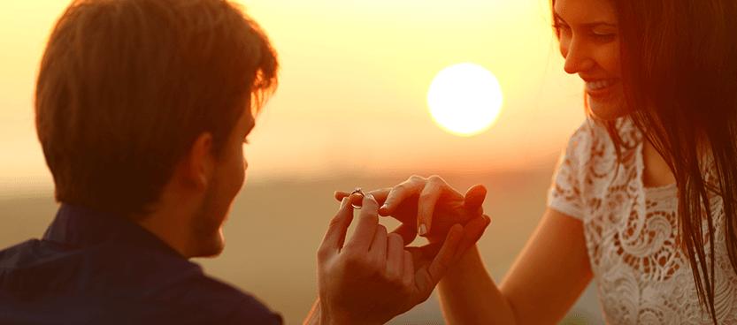 novios entregan anillo de pedida en Villa Laureana, la finca de bodas de Madrid.
